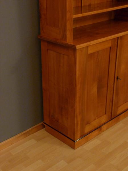 b cherregale nach ma kirschholz b cherregal mit geschlossenem unterbau elegantes. Black Bedroom Furniture Sets. Home Design Ideas