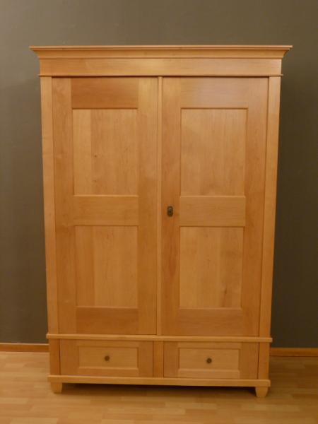 kleiderschrank massivholz 2 t ren kleiderschr nke massiv kleiderschrank06 in klassischer. Black Bedroom Furniture Sets. Home Design Ideas