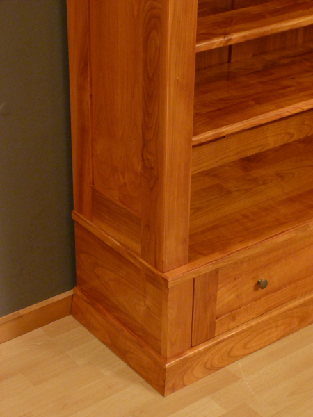 b cherregale nach ma kirschholz b cherregal mit geschlossenem unterbau klassische. Black Bedroom Furniture Sets. Home Design Ideas