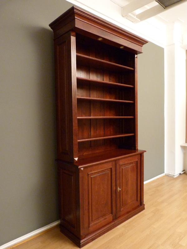 b cherregal mit geschlossenem unterbau erle massiv einer21. Black Bedroom Furniture Sets. Home Design Ideas