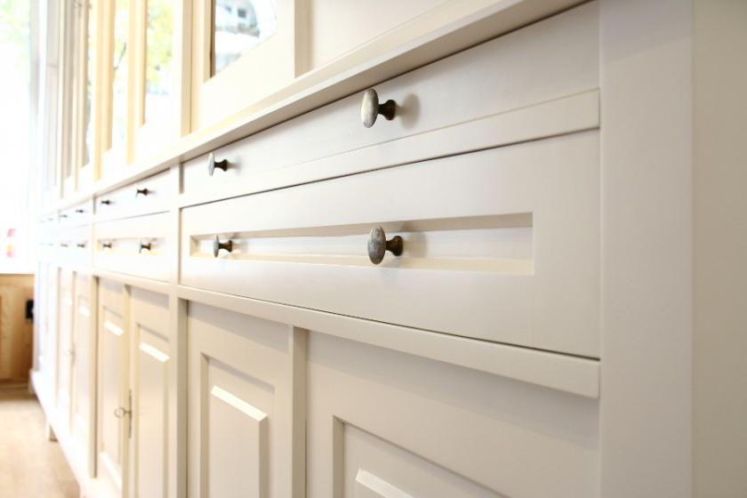 geschirrschrank massivholz schlichte regalwand mit verglasten t ren wand17 massivholz regale berlin. Black Bedroom Furniture Sets. Home Design Ideas