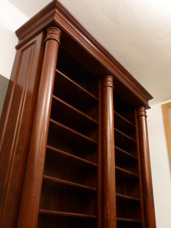 b cherregal mit s ulen und t ren massivholz b cherregal doppler26 massiv erle im mahagoniton. Black Bedroom Furniture Sets. Home Design Ideas
