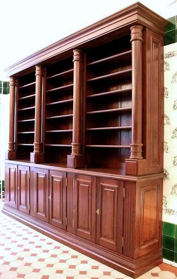 b cherregal mit s ulen und t ren massivholz b cherregal. Black Bedroom Furniture Sets. Home Design Ideas