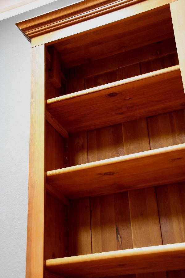 buecherregal massivholz ein gebrauchtes b cherregal massiv kiefer klassische gestaltung. Black Bedroom Furniture Sets. Home Design Ideas