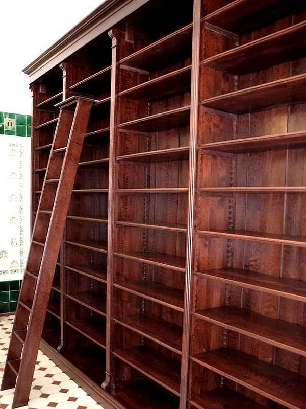 regalwand mit leiter aus massivholz regalwand massiv. Black Bedroom Furniture Sets. Home Design Ideas